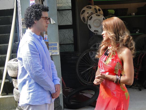 Joselito diz que Grace Kelly precisa descobrir o amor (Foto: Aquele Beijo/TV Globo)