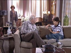Celina se irrita ao ouvir a conversa dos dois (Foto: Fina Estampa / TV Globo)