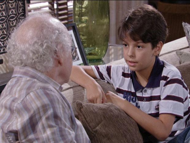 Pedro Jorge conta para o avô que descobriu que tem uma irmã (Foto: Fina Estampa / TV Globo)