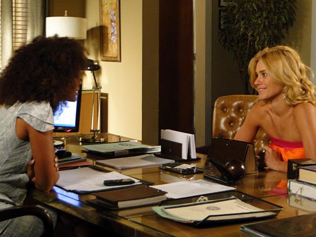 Teodora (Carolina Dieckmann) fica eufórica ao saber que poderá passar 24h com Quinzinho (Gabriel Pelícia) (Foto: Fina Estampa / TV Globo)