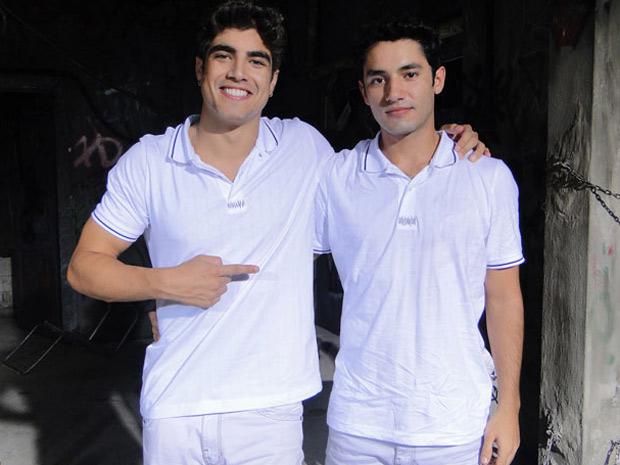 Caio Castro posa ao lado do irmão, Anderson, no intervalo de gravação (Foto: Fina Estampa/TV Globo)