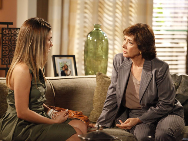 Beatriz conta toda a verdade para Celina (Foto: Fina Estampa / TV Globo)