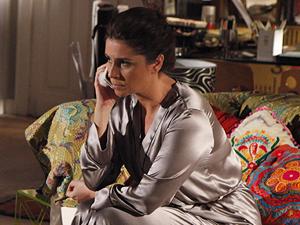 Claudia pede para Lucena cumprir sua parte do contrato (Foto: Aquele Beijo/TV Globo)