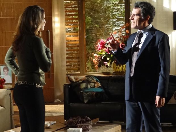 Cris conta ao marido que encontrou Lorena e Lourenço tramando contra eles (Foto: A Vida da Gente/ TV Globo)