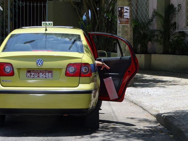 Cristal deixa o exame de gravidez cair ao entrar no táxi para Gabriel ver (Foto: Malhação / TV Globo)