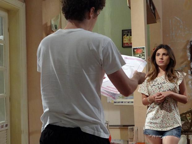Cristal fica sem jeito e diz para Gabriel que são exames de rotina (Foto: Malhação / TV Globo)