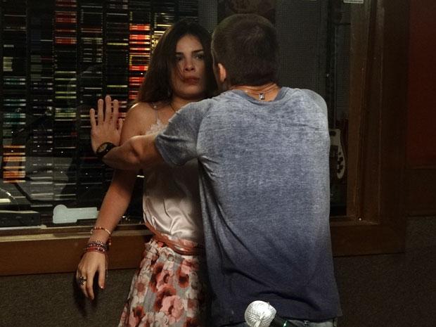 Tomás parte para a ignorância e tenta agarrar Cristal (Foto: Malhação/ TV Globo)