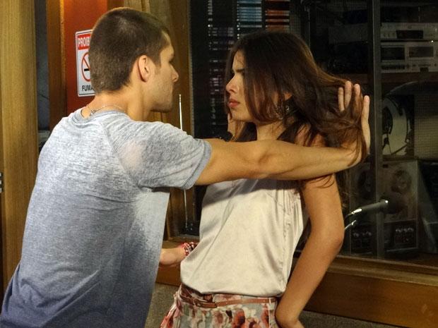 """""""Ô, Cristal. Você não é mais nenhuma menininha. Não fica me provocando à toa, né? Vem cá, vem."""" (Foto: Malhação/ TV Globo)"""