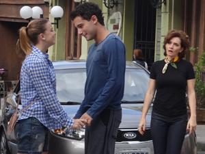 Sofia cumprimenta Miguel e Vitória vê de longe (Foto: A Vida da Gente / TV Globo)