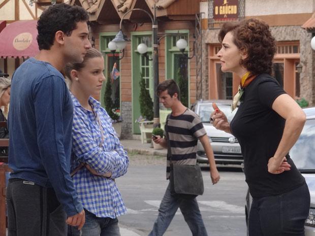 Vitória acusa Miguel de espionagem e demite o assistente (Foto: A Vida da Gente / TV Globo)