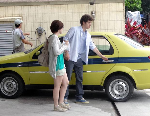Assim que descobre que Cristal está grávida, Gabriel vai atrás de Alexia para contar pra ela (Foto: Malhação / TV Globo)