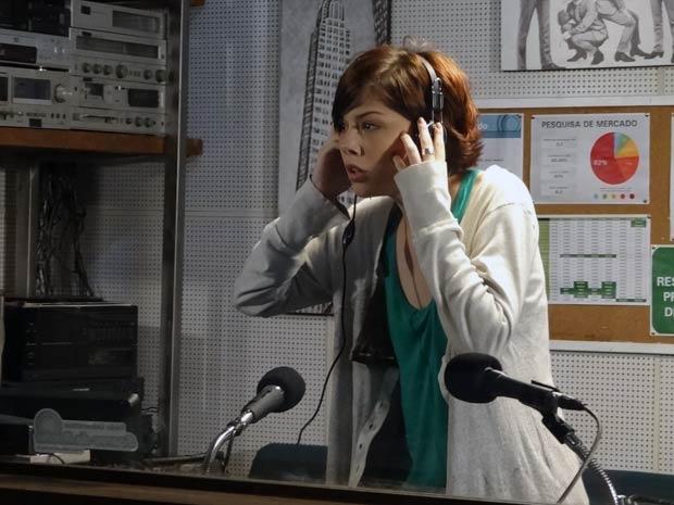 Alexia ouve a gravação em que Tomás assedia Cristal (Foto: Malhação/ TV Globo)