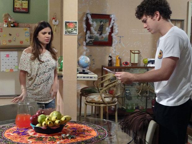 Gabriel acha estranho Cristal ter tantos exames para fazer (Foto: Malhação / TV Globo)