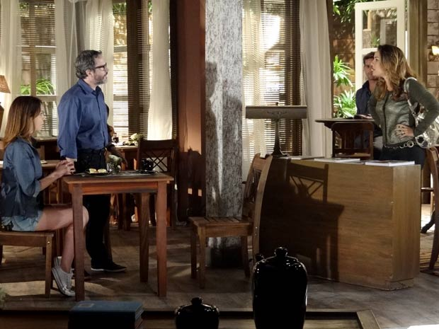 Cris chega e exige uma explicação de Lorena (Foto: A Vida da Gente / TV Globo)