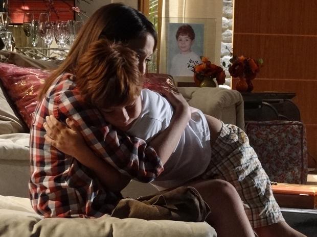 Lorena e Tiago choram ao se despedir e ela promete que não irá abandoná-lo (Foto: A Vida da Gente/ TV Globo)