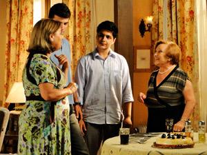 Moema apresente amigos para Iná (Foto: A Vida da Gente/ TV Globo)