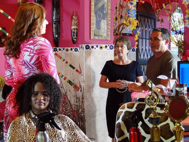 Tibério leva Regina para conhecer Ana Girafa (Foto: Aquele Beijo/TV Globo)