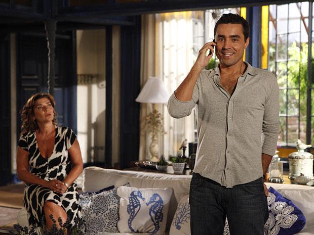 Vicente recebe a notícia de que foi nomeado (Foto: Aquele Beijo/TV Globo)