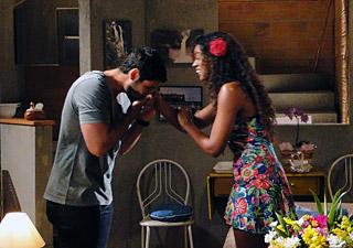 Wallace beija a mãe de Dagmar (Foto: Fina Estampa / TV Globo)