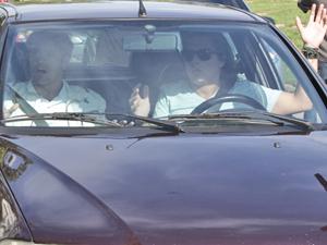 Filho de Griselda é abordado no carro de Daniel (Foto: Fina Estampa/TV Globo)