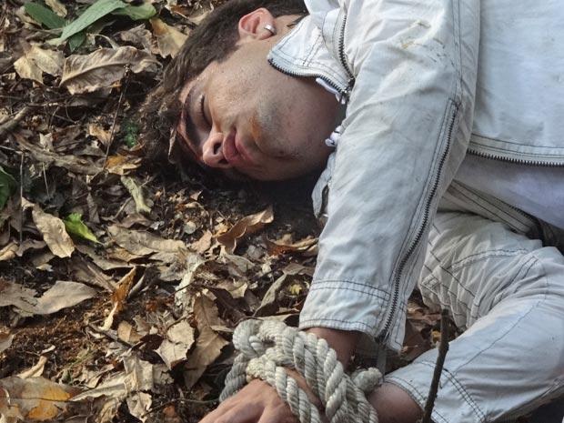 Antenor cai de barranco após fugir e fica desacordado (Foto: Fina Estampa/TV Globo)