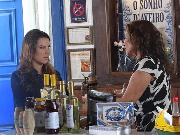 Camila pede emprego a Amália (Foto: Aquele Beijo/TV Globo)