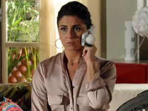Claudia escuta Vicente desabafar (Foto: Aquele Beijo/TV Globo)