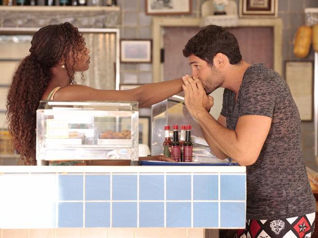 Wallace beija a mão de Dagmar (Foto: Fina Estampa/TV Globo)