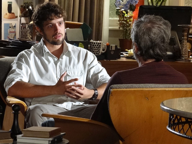 Rodrigo desabafa com Lourenço e diz estar perdido (Foto: A Vida da Gente / TV Globo)