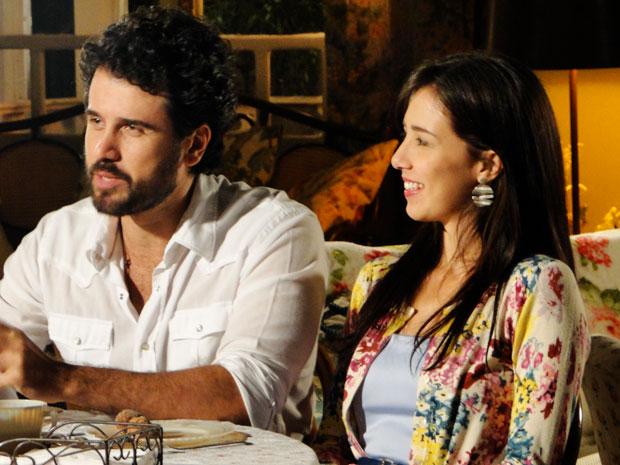 Manu fica constrangida com os elogios da avó e do namorado (Foto: A Vida da Gente / TV Globo)