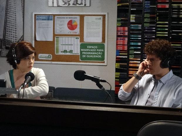 Alexia e Gabriel ouvem gravação de Tomás assediando Cristal (Foto: Malhação/ TV Globo)