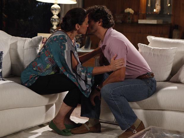 Griselda e Guaracy se beijam na mansão da portuguesa (Foto: Fina Estampa/ TV Globo)