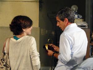 Carcará vê Vinicius dando um presente para Alexia (Foto: Malhação / TV Globo)