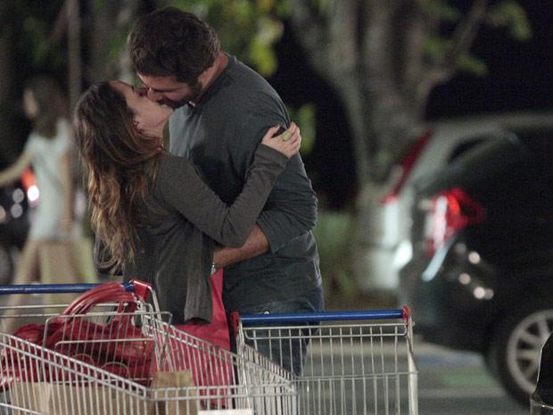 Ana aceita se casar com Lúcio, e os dois se beijam apaixonados (Foto: A Vida da Gente / TV Globo)
