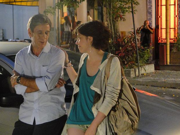 Carcará tira fotos de Alexia e Vinicius (Foto: Malhação / TV Globo)