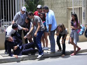 Vinícius fica jogado no chão (Foto: Malhação / TV Globo)