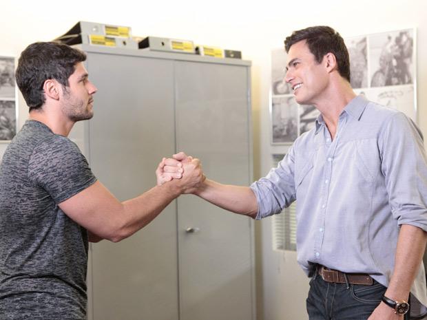 Wallace recebe os cumprimentos de Juan na Fashion Moto (Foto: Fina Estampa/TV Globo)