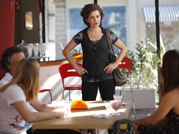 Vitória fica revoltada ao ver Alice com as filhas (Foto: A Vida da Gente / TV Globo)