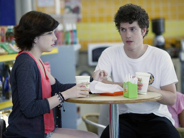 Alexia diz a Gabriel não se meter na vida de Cristal e Tomás (Foto: Malhação / TV Globo)