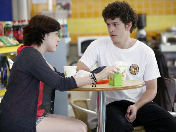 Alexia pergunta a Gabriel de quem é o filho de Cristal (Foto: Malhação / TV Globo)