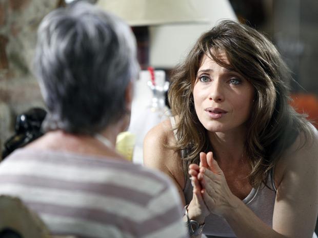 Beatriz mostra para Laura a redação de Débora (Foto: Malhação / TV Globo)