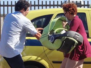 Esther consegue pegar um táxi e foge da moça (Foto: Fina Estampa/TV Globo)