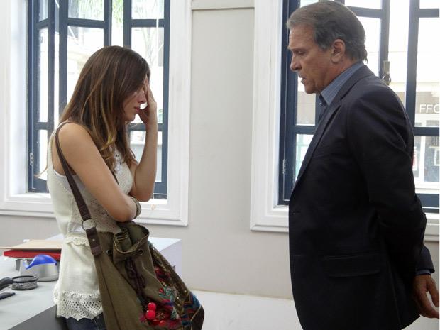 Cristal conversando com o reitor na rádio da faculdade (Foto: Malhação / TV Globo)