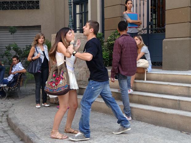Furioso, Tomás ataca Cristal (Foto: Malhação / TV Globo)