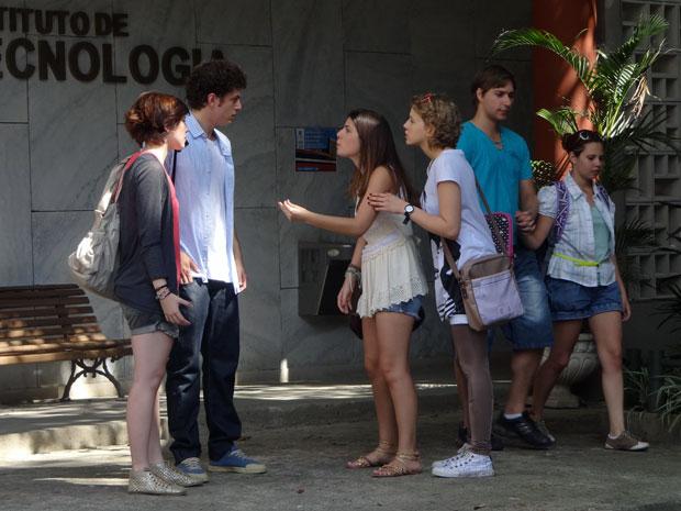 Cristal fica furiosa quando descobre que Gabriel mostrou as gravações para o reitor (Foto: Malhação / TV Globo)