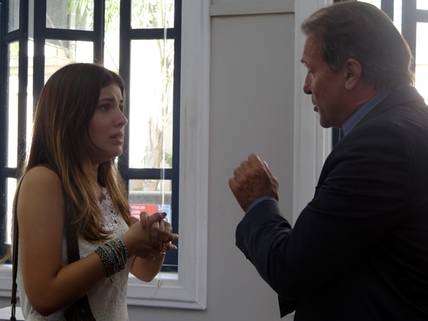 Cristal ouve proposta so reitor (Foto: Malhação / TV Globo)