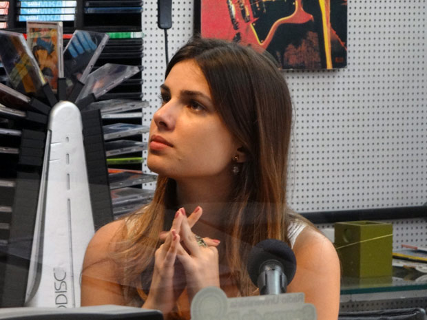 Sempre jogando, Cristal diz para Gabriel que ainda não sabe se terá o bebê (Foto: Malhação / TV Globo)