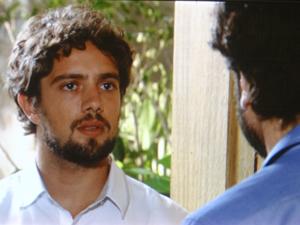 Rodrigo fica sem reação ao dar de cara com Gabriel na casa de Manu (Foto: A Vida da Gente / TV Globo)