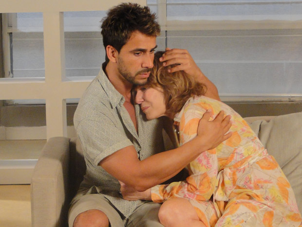 Enzo consola Danielle e diz que ficará ao lado da médica (Foto: Fina Estampa/ TV Globo)