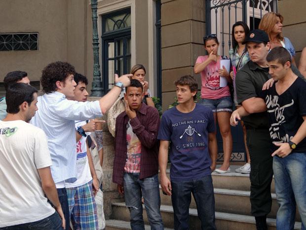 Depois de presenciar a cena, Gabriel vai pra cima de Tomás (Foto: Malhação / TV Globo)